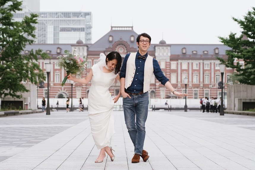 Couple in-front of Tokyo station — Photo by Kazuki Takano