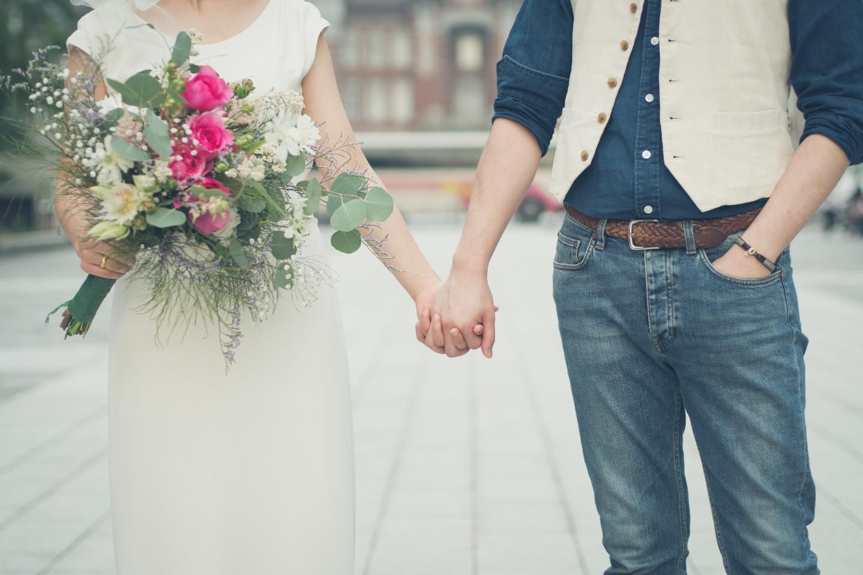 Couple holding hands — Photo by Kazuki Takano